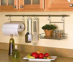 Рейлинг на кухне: выгодно и удобно
